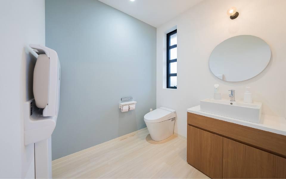 広々した多目的トイレ・おむつ交換台があります